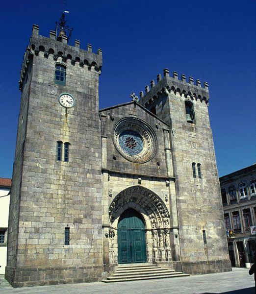 Igreja Matriz, a Sé de Viana do Castelo. Tem uma estrutura maciça característica da arquitetura românica, mas com influência do estilo gótico. Foi construída no século XV.  Em Viana do Castelo, Portugal.