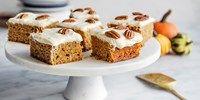 Bytt ut gulrot med gresskar, så får du en saftig og god kake til Halloween. Oppskrift på saftig gulrotkake med gresskar og superdeilig ostekrem.