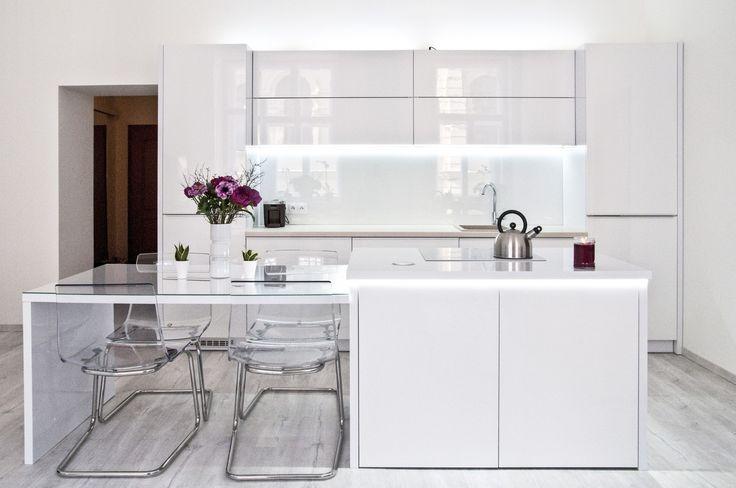 Krásná kuchyňská linka, která je laděna převážně do bílé barvy. Kuchyně působí velmi čistým, jemným a klidným dojmem.