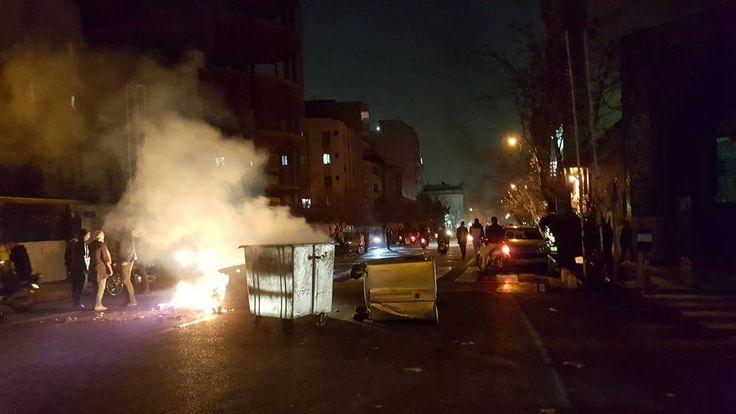Οι μαζικότερες διαδηλώσεις στο Ιράν από την «Πράσινη Επανάσταση» του 2009 έχουν προκαλέσει την εντονότατη αντίδραση της κυβέρνησης της χώρας ενώ εκτυλίσσονται και σκηνές πουθα θεωρούνταν αδιανόητε…