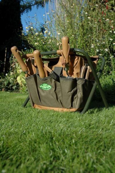 Kihajtható oliva zöld és barna színű kerti szerszámos szék, melyen praktikus nagy zsebek vannak a szerszámok és a kerti eszközök számára. Szerszámok nélkül szállítjuk.