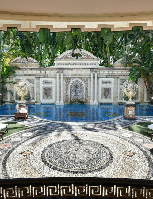 Et si on passait une nuit dans la villa de Gianni Versace à Miami ? | Vogue