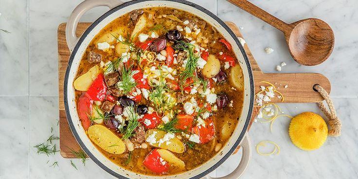 Nyt det norske lammekjøttet og lag en deilig, aromatisk lammegryte til middag! Oppskrift på lammegryte med fetaost, oliven og dill.