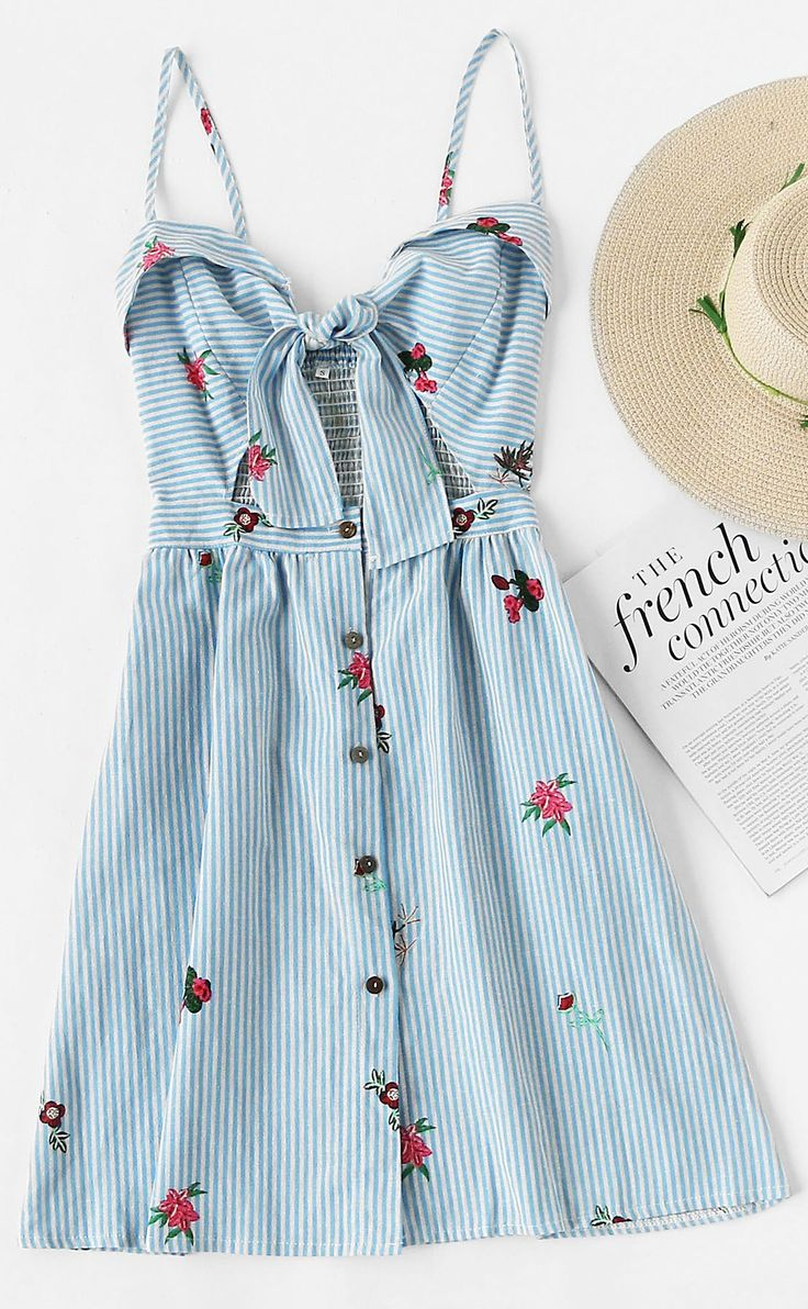Dieses Foldover Kleid mit A-Linie in hellblau-weiß ist einfach perfekt mit den Rosen-Stickereien und dem Dekolletée knoten! Foldover Stripe Florals Knot Open Front Cami Dress / Light Blue White Striped Dress with Roses Embroidery Knotted / Summerdress Blue / Summerdress Trend / Sommerkleid Trend / Sommermode Frauen / Sommer Outfits Frauen | Stylefeed