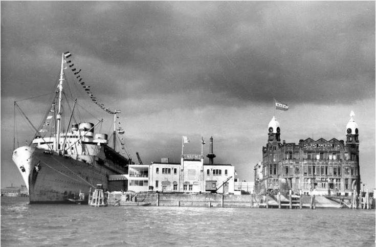 Het stoomschip Nieuw-Amsterdam aan de Wilhelminakade, vlakbij het huidige Hotel New York, rond 1946. uit Scheurmail R'dam