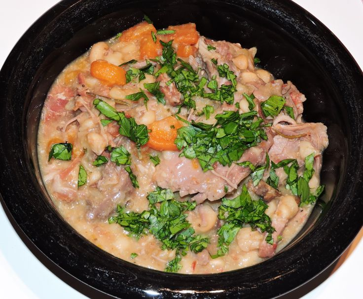 Cassoulet är äkta sydfransk husmanskost, bestående av en mustig gryta med bönor, grönsaker och kött eller fågel blandat med fläsk och korv. Hela härligheten får koka långsamt på låg värme i flera t…
