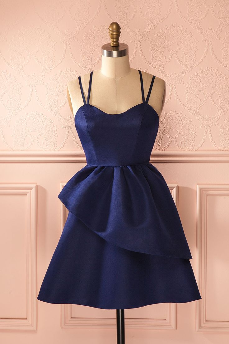 Une coupe toute en amples courbes et une matière structurée offrent une allure de rêve aux femmes d'aujourd'hui. A curvy tailoring and a structured material create a dream style for the women of today. Navy blue a-line asymmetric dress www.1861.ca