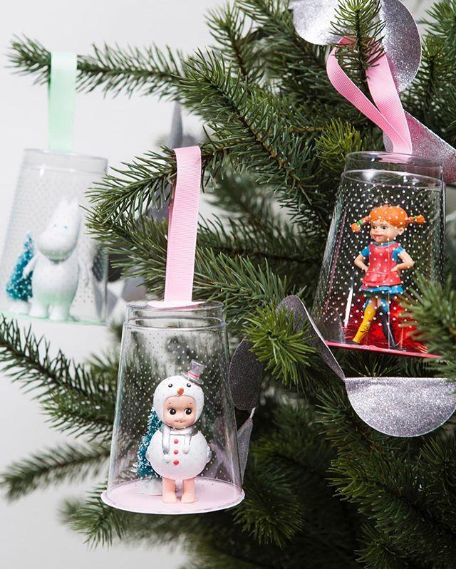 WEBSTA @ kreativakarin - Ett plastglas och en gammal kär leksak kan bli fina små titthängen till granen.Bilden kommer från min julbok och är fotad av @katjaragnstam.#kreativakarinsjulförbarn #kreativakarin