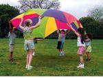 """Materiales: paracaídas Desarrollo: Los jugadores se disponen alrededor del paracaídas. Cada uno de ellos es un color por este orden: azul, rojo, verde, amarillo. El monitor dirá: """"uno, dos, azul"""" (o cualquier otro color). En este momento todos elevan el paracaídas y aquellos cuyo color coincide con el nombrado cambian de sitio por debajo del paracaídas y antes de que éste se desinfle. Variantes: Nombrar dos colores a la vez. Ambos se cruzan por debajo del paracaídas. Nombrar dos col..."""