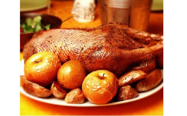 Пасхальное меню: Запеченная утка с яблоками от [url=http://eva.ru/122224][b]Kukuriza[/b][/url]    Отстреливаем на рынке утку .  Дома мажем ее мускатным орехом