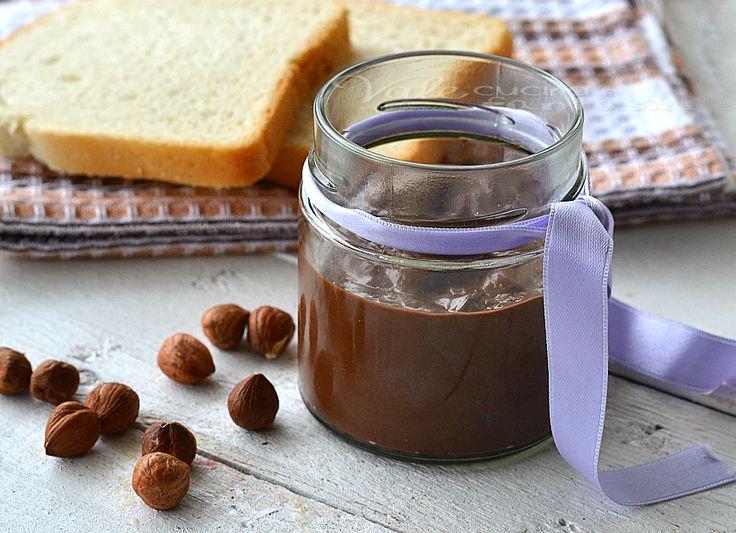 Crema spalmabile alla gianduia ricetta facile senza cottura, buonissima genuina, solo tante nocciole e cioccolato al latte, non si cuoce nulla provatela!