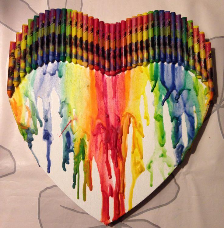 Gesmolten krijtjes op canvas hart. Meltet crayon on a canvas heart