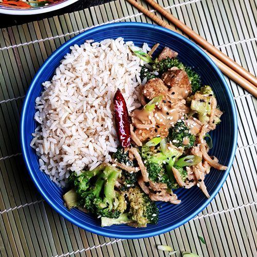 Zin in een vegan roerbakschotel met tofu? Dan is dit recept voor tofu met broccoli, bamboescheuten en sesam-misosaus waarschijnlijk wel iets voor jou!