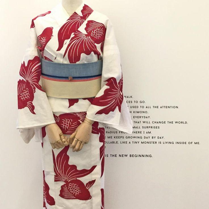ひとつひとつ職人さんの手作業でした染められた浴衣です。大きめに描かれた真っ赤な金魚が印象的で、すっきりと着ていただけます。#kimonobynadeshiko #kimono #ゆかたなでしこ #着物 #きもの #浴衣 #yukata #着物コーディネート #kimonostyle #着付け教室 #金魚柄