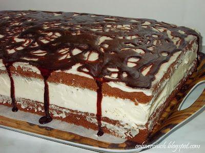 Klasyczne czekoladowe ciasto przełożone bitą śmietaną