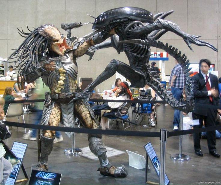 Alien vs. Predator statue at 2004 Comic-Con