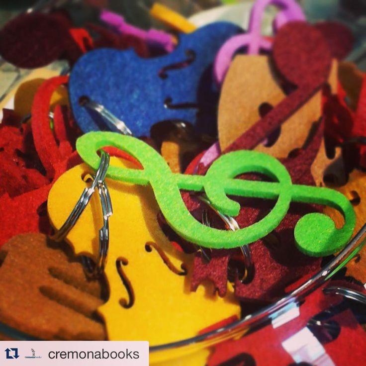 Portachiavi feltro in vendita presso @cremonabooks #repostapp #portachiavi #keychain #portachiavifeltro #museodelviolino #cremona #igerscremona #lovemusic #musician #violino #violin #violinmaker #violinmakingincremona #instapic #chiavediviolino #colori #colors #green #yellow #ponticello #bridge #picoftheday #instamusic #atelierstella