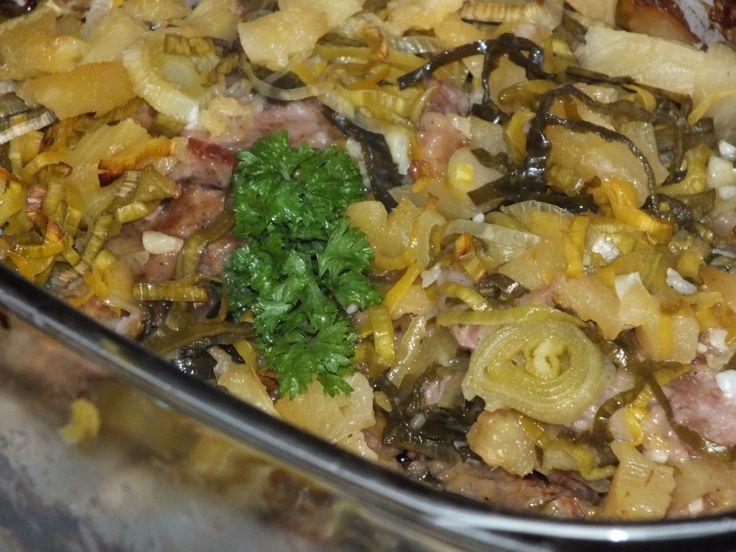 Przepis na karczek zapiekany z ananasem i porem. Karczek opłukać, osuszyć i pokroić w plastry (czyli na około 12 części). Każdy plaster mięsa lekko rozbić z dwóch stron i obsypać przyprawami: ostrą papryką w proszku, kminkiem mielonym, solą i pieprzem.