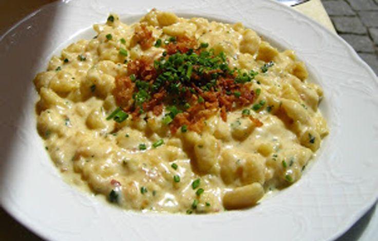 Gli gnocchetti tirolesi, anche definiti spätzle, è un primo piatto a base di pasta dalla tipica forma irregolare.