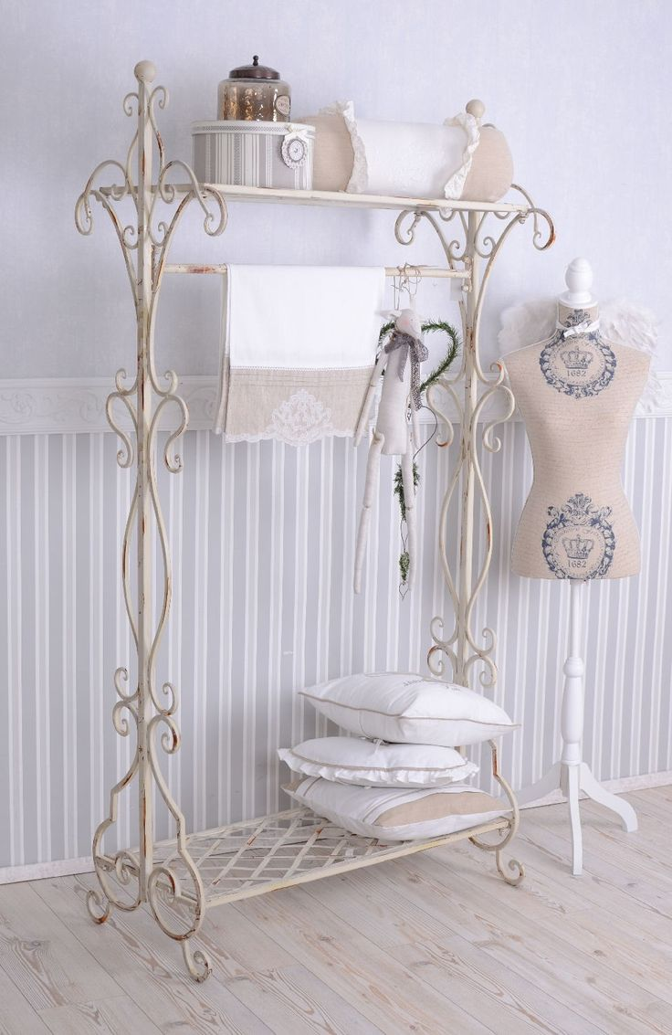 die besten 25 garderobe shabby chic ideen auf pinterest ikea flur land eingang und land. Black Bedroom Furniture Sets. Home Design Ideas