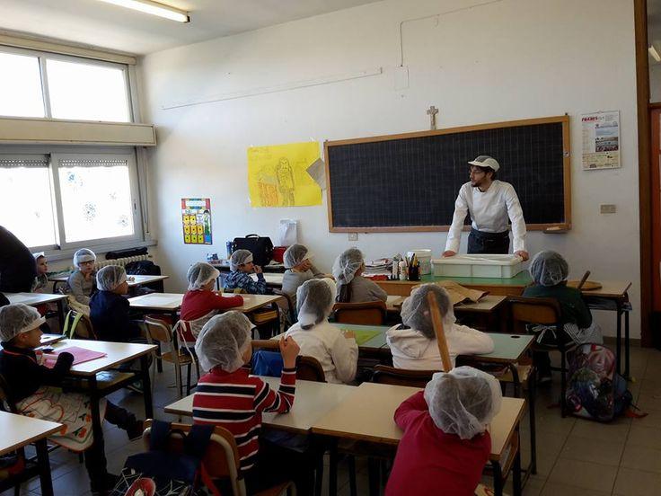 4/3/2016. Scuolartigiana. Yuri Sgrevi della Pasticceria Aretina con i Bambini della Scuola Elementare Chimera per parlare di sfoglia e decorazioni