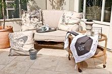 Zobacz zdjęcie dekoracyjne poduchy, taca ogrodowa, kubki do kawy, doniczki ogrodowe