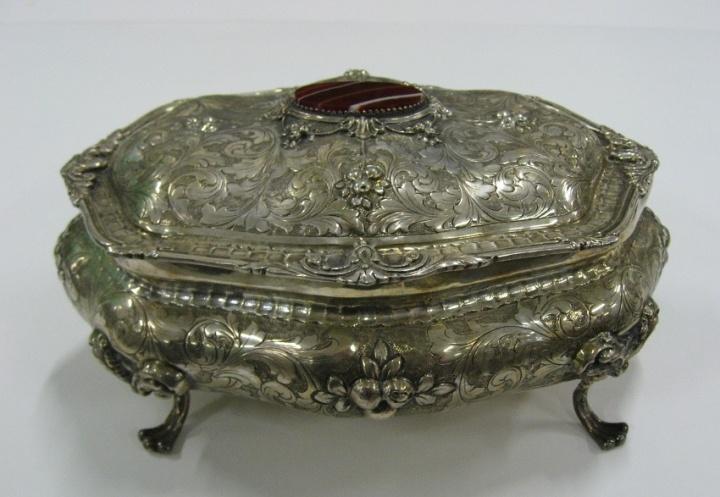 Cofanetto portagioie in argento finemente inciso.  Antico epoca 1940 circa