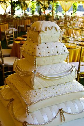 Fleur de Lisa cake. This will be perfect for our next anniversary.  Who said you can only have a cake like this for your wedding day