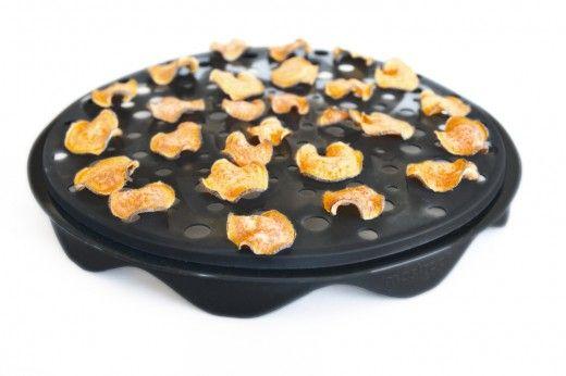 Batata doce chips - Seis Minuto batata doce chips  1 batata doce  Enxágüe e batata-doce seco. Corte cuidadosamente com bandolim fatiador. Coloque as fatias de batata-doce no Topchips bandeja microondas. Microondas em alta por 3 minutos. Virar chips e micro-ondas por mais 3 minutos ou até ficar crocante.