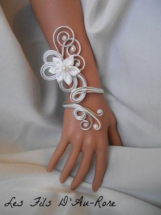 Bracelet mariage ARIELLE avec fleur en satin blanche :   Bracelet de la collection mariage ( collection 2015 )   Bracelet avec fil aluminium de couleur argenté et blanche 2mm  - 10278773