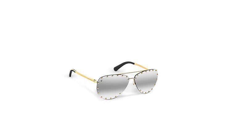 Descubra el Louis Vuitton The Party Estas estilosas gafas de sol, disponibles en un arco iris de colores en los cristales, se ornan con emblemáticos remaches que evocan los baúles de la Maison bordeando los cristales para resaltar la inmejorable silueta tipo piloto del diseño.