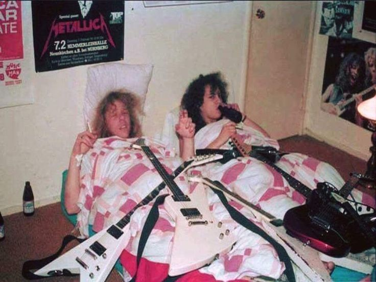 Джеймс Хэтфилд и Кирк Хэмметт из Metallica в доме мамы Кирка, 1983 год.