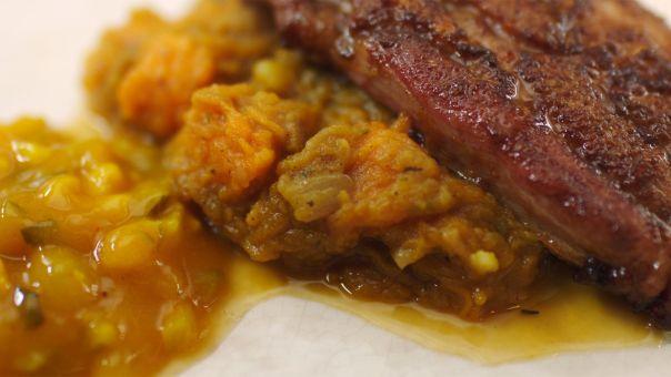 Eén - Dagelijkse kost - Gelakt buikspek met pompoenstoemp en Belgische pickles | Eén