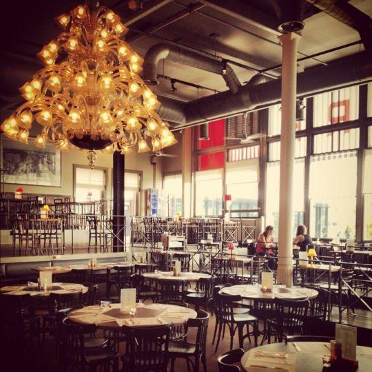 Een plekje voor een lekker ontbijt, lunch, high tea of dinner! Een aanrader: Neem de watertaxi vanaf de Veerhaven  @ Hotel New York in Rotterdam, Zuid-Holland