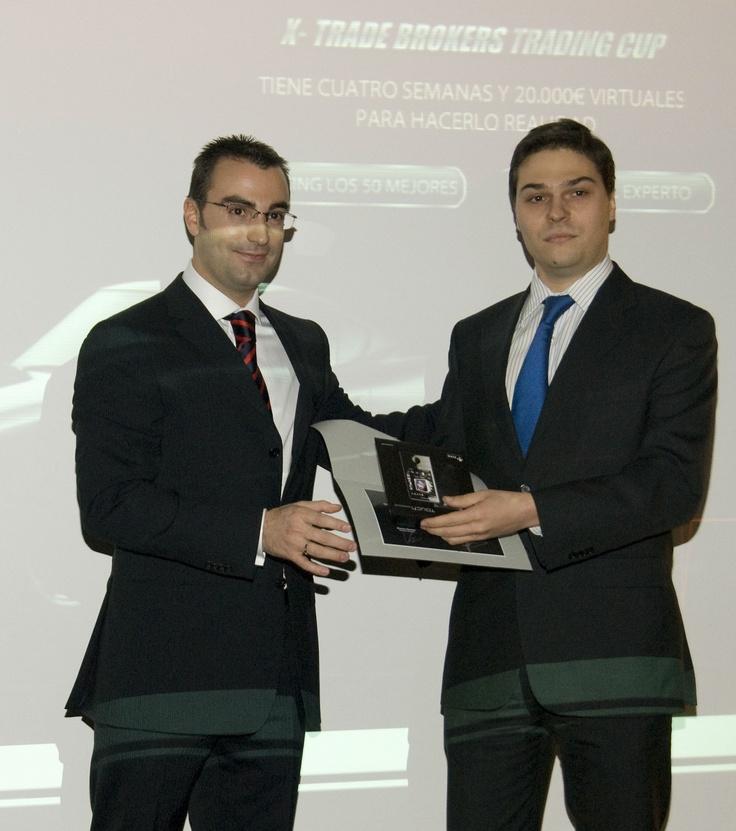 Mur, recibiendo el premio de la Trading CUP 2008, de manos de Alberto Medrán, Director de XTB España