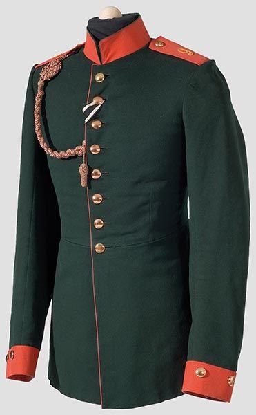 WWI Waffenrock für Mannschaften  im Lauenburgischen Jäger-Bataillon Nr. 9. Eigentumsstück in schöner, farbfrischer Erhaltung. Geringe Tragespuren, ein Schoßtaschenleistenknopf fehlt. Anhängende Schützenschnur,