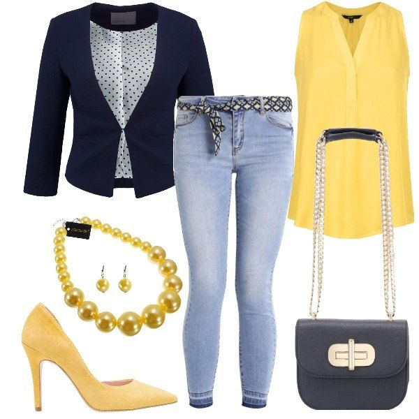 Outfit formato da un jeans skinny fit in blu chiaro, da un top in viscosa con scollo a v in giallo e da un blazer blu navy. Il look si completa con un paio di décolleté scamosciate in giallo, da una borsa a tracolla in fintapelle blu navy e da un set di collana e orecchini con perle gialle.