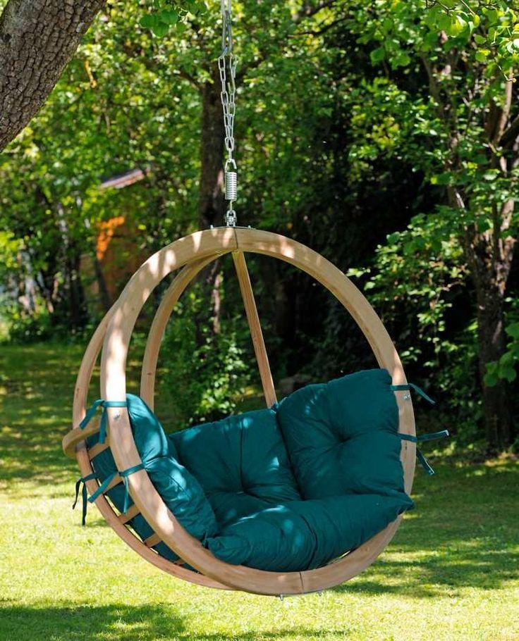 fauteuil suspendu globe en teck avec des coussins en vert émeraude
