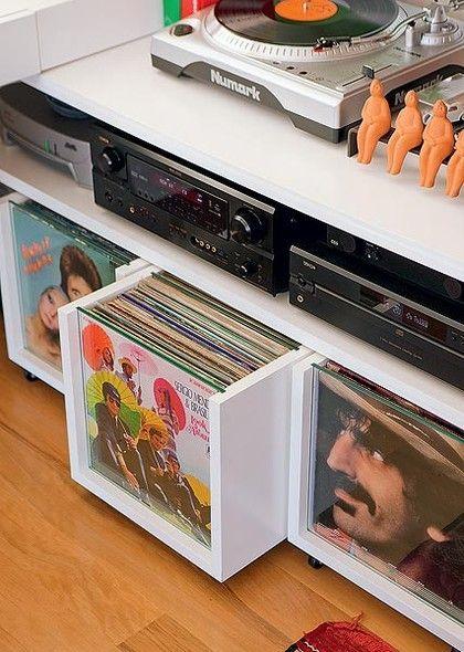 Truques de organização: coleção de discos  em gavetas sob medida, com frente em vidro para exibir a estimada coleção.  Fotografia: Casa e Jardim / Arquitrecos.