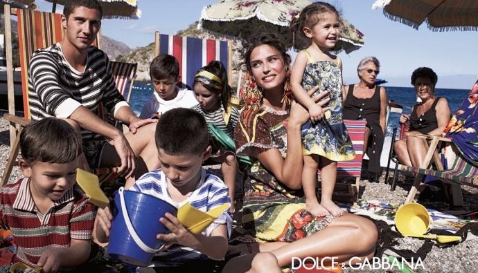 Весенне-летняя рекламная кампания Dolce & Gabbana Children, снятая Доменико Дольче, — это продолжение истории семейного дня на побережье сицилийского городка Таормина