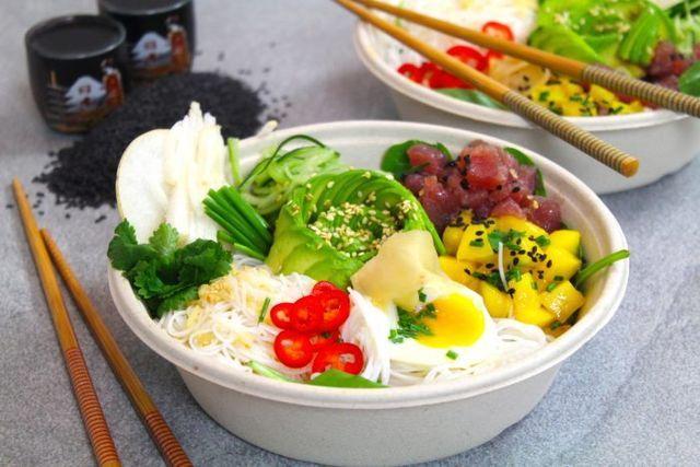 30 minuter 2 portioner/sallader Ingredienser 70 g risnudlar 1 ägg 1 nashipäron 1/2 gurka 1 mango 120 g tonfisk, färsk 1 avokodo Thaidresseing 1/2 dl fisksås 1/2 dl vatten, kallt 1 vitlök, pressad 1 ts
