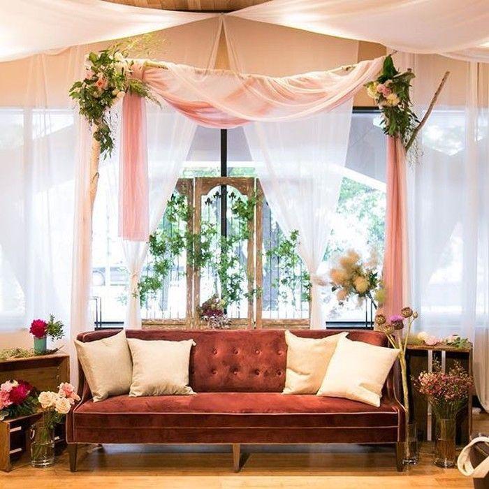 ご新婦さまの一番のお気に入りはこちらの高砂ソファだそうです。シンプルでも華やかな装飾は参考にしたいですね♡木枠から垂れるピンクのチュールがかわいらしいです。#高砂 #高砂装飾 #結婚式 #会場装飾 #wedding #bridal