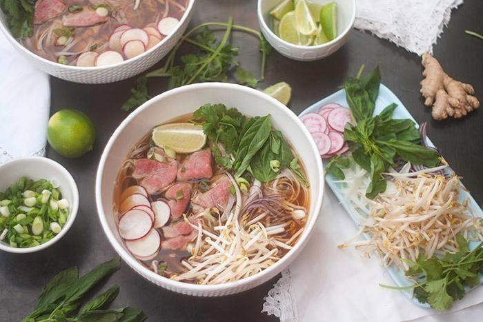 Un classique de la cuisine vietnamienne, si facile à reproduire à la maison! Découvrez notre recette de soupe tonkinoise express (pho).