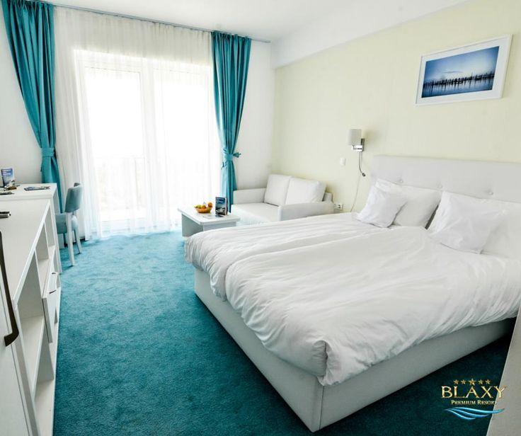 Blaxy Premium Resort este dedicat celor care adoră vacanțele alături de cei dragi! Indiferent de cât de mare este familia ta, poti avea, la cele mai avantajoase prețuri, un apartament de tip Condo simplu, de 32m² (capacitate 2 adulți, 2 copii), sau un Condo dublu, de 64m² (capacitate 4 adulți, 2 copii). Tu pe care îl preferi?