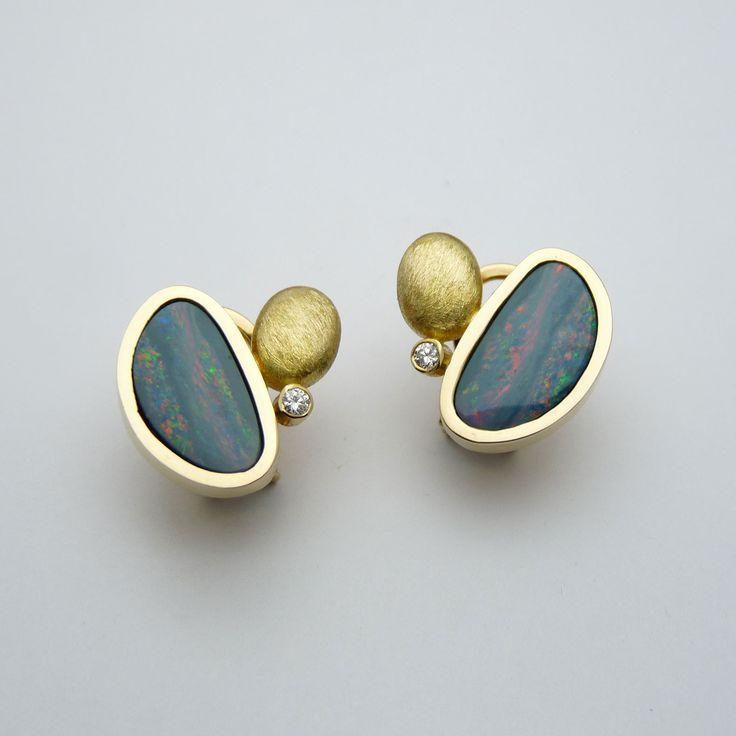 Arracades d'or groc de 18q, dos diamants talla brillant i dos òpals doublet…