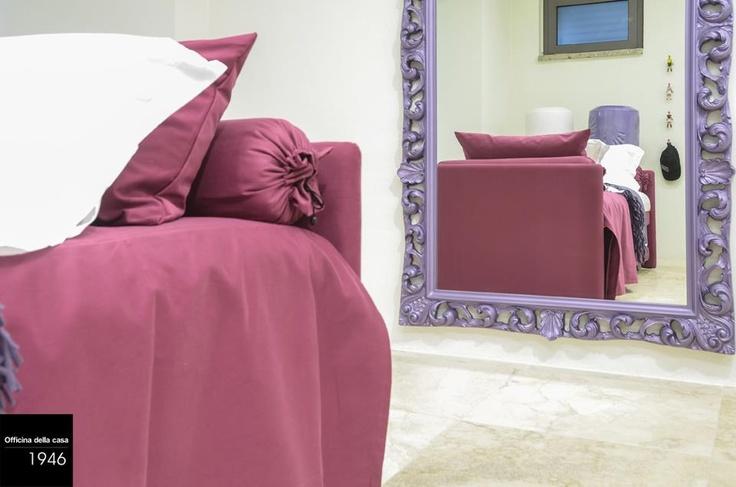 Anche la camera da letto può osare con colori forti: il viola, utilizzato nelle sue diverse sfumature, rende la stanza più ricca e importante.