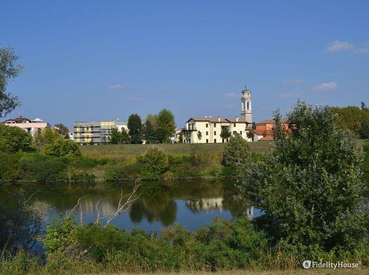 Oltre il fiume Brenta, a pochi passi dalla Chiesa di Torre, si possono vedere alcune case di Cadoneghe.