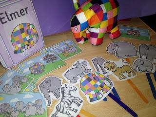 Naspelen verhaal met bordjes van Elmer en de andere dieren