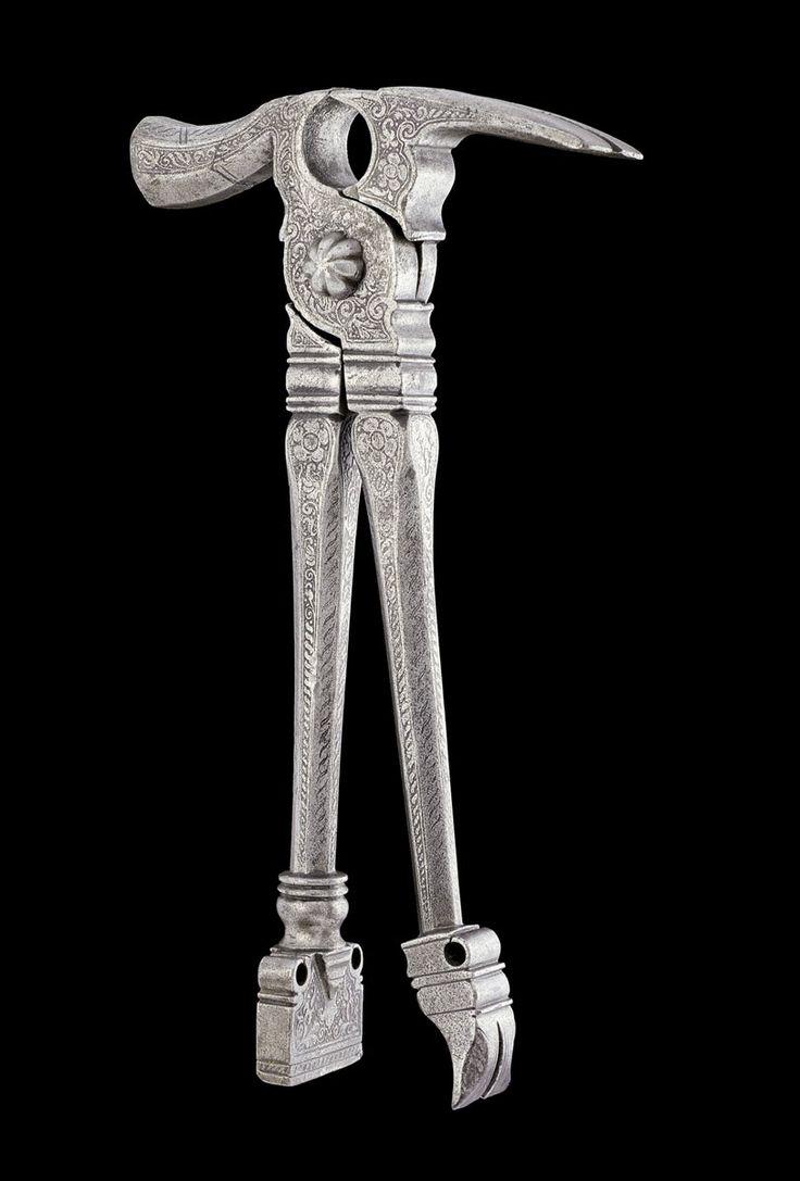 KOMBINATIONSWERKZEUG, Nürnberg, um 1580. Eisen mit reichem Ätzdekor in Form von Blumen und Blattranken. Das Werkzeug kann als Zage, Hammer, Nagelauszieher oder Miniamboss verwendet werden. L 21,5 cm. Vgl. Bernt, Walther: Altes Werkzeug. München 1977. Tafel 22, Abb. 61. A RICHLY DECORATED COMBINATION TOOL, Nuremberg, circa 1580. Iron with fine etched decoration. The tool can be used as pliers, hammer, nail-puller or mini-anvil. L 21.5 cm.