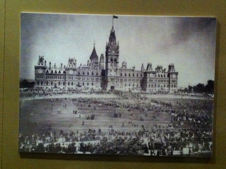 WW1 rally on the front lawn of the Parliament Buildings